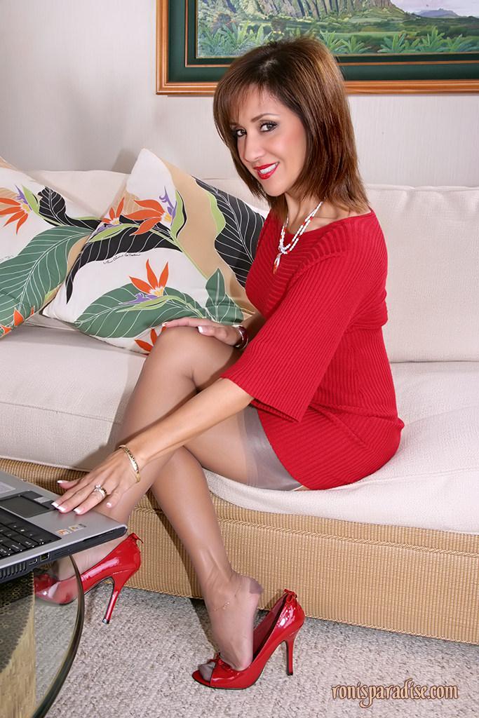 Free pics of Ronis Paradise - stockings-divas.com