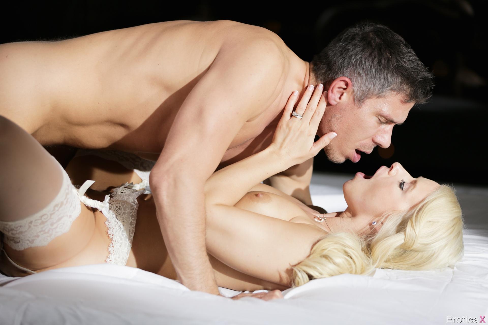 Снимают первую брачную ночь, Молодожены сняли на камеру секс в первую брачную 3 фотография
